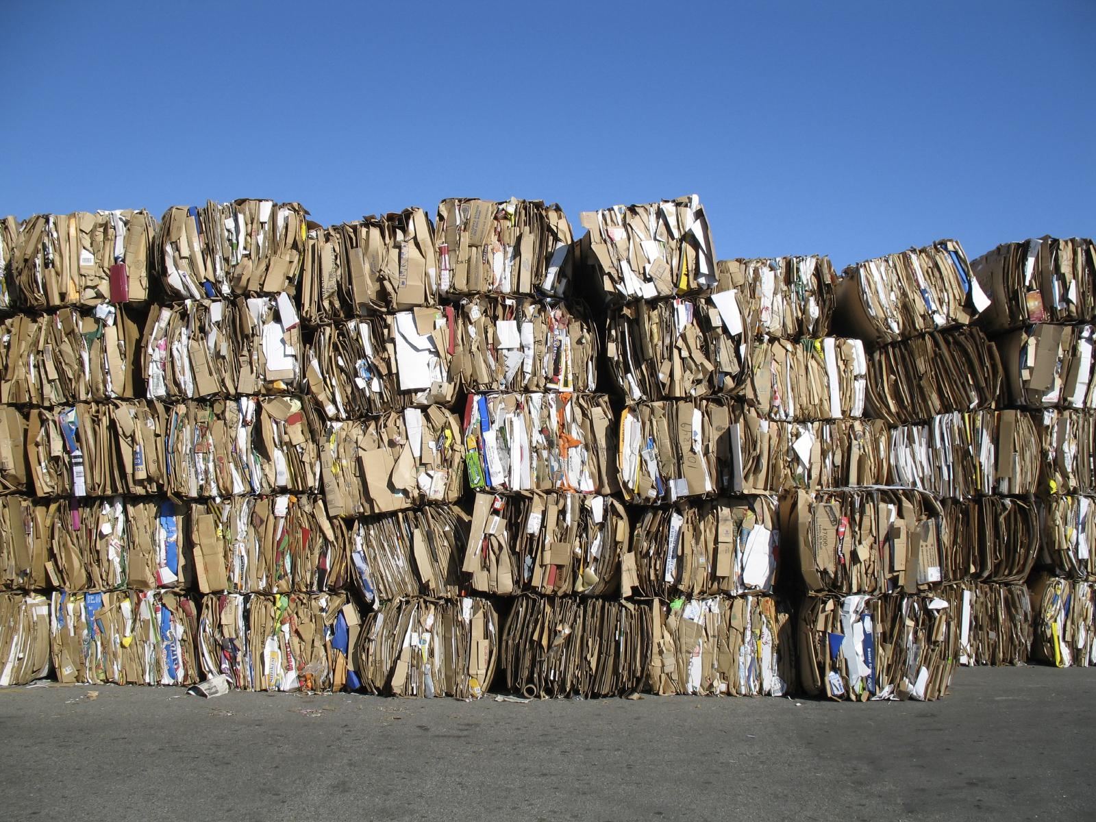 Fardos de cartón en centro de reciclado