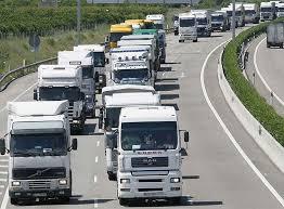 Caravana de vehículos circulando por carretera