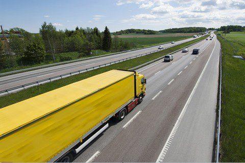 Camión amarillo en autovía