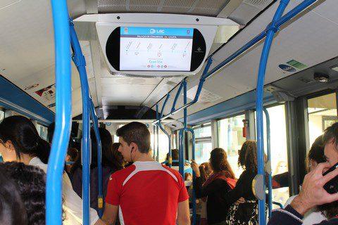 Panel informativo en autobús